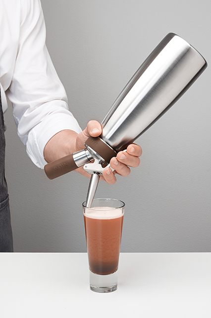 4 | Serve the Nitro Drink. | Hold the tip slightly slanted against the glass and press the lever.